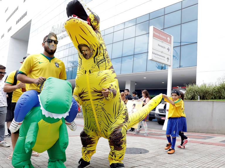 Fãs de Neymar fantasiados na porta do hospital Mater Dei, em Belo Horizonte
