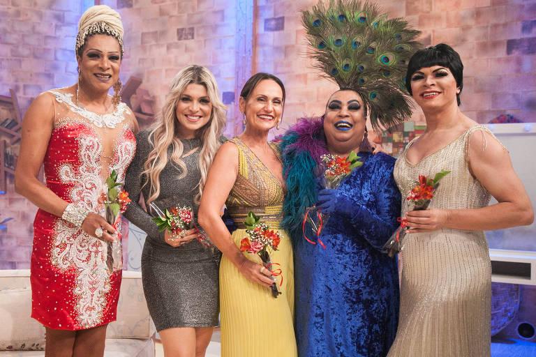 Faa Morena entre as cantoras Adrhyana Rhibeiro e Maria Alcina e as drag queens Silvetty Montilla e Salete Campari no 'Ritmo Brasil' (RedeTV!)