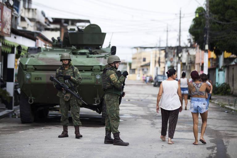 Homens das Forças Armadas durante operação na Vila Kennedy, zona oeste do Rio