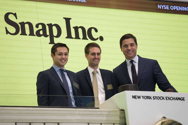 Cofundadores da Snap, Bobby Murphy e Evan Spiegel se preparam para tocar o sino ao lado de Thomas Farley, presidente da Bolsa de NY