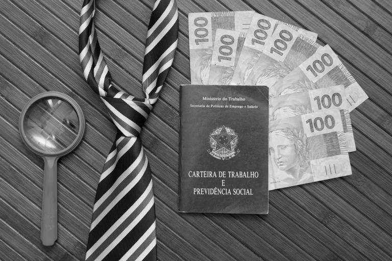 Foto mostra uma lupa, uma gravata, uma carteira de trabalho e notas de R$ 100