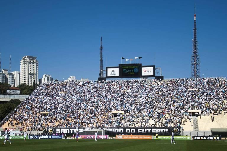 Muitos torcedores do Santos ocupam as arquibancadas do tobogã, atrás de um dos gols do estádio do Pacaembu durante treino da equipe em janeiro