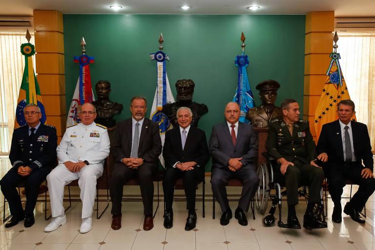 Presidente Michel Temer, sentado no centro, participa de reunião do Conselho Militar de Defesa, em Brasília