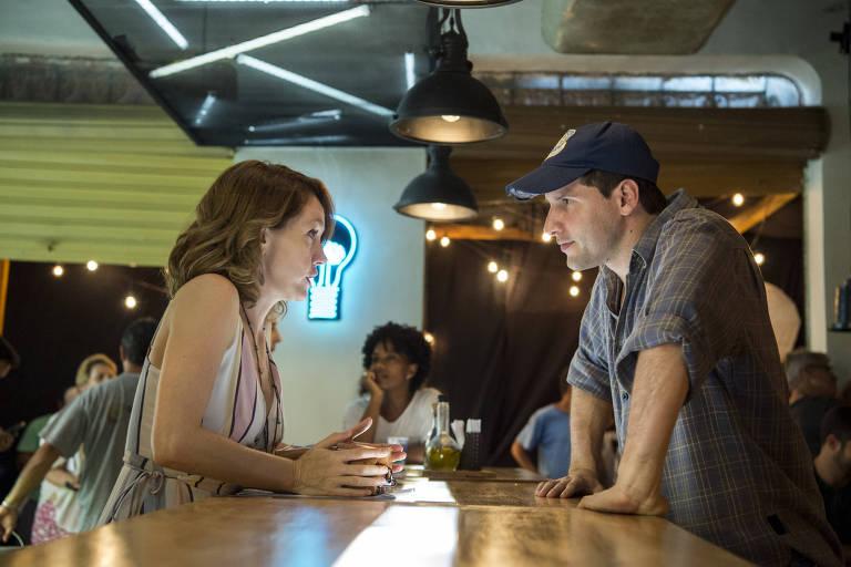 Camila Morgado e o diretor Thiago Teitelroit ensaiam juntos uma cena de 'Malhação: Vidas Brasileiras'