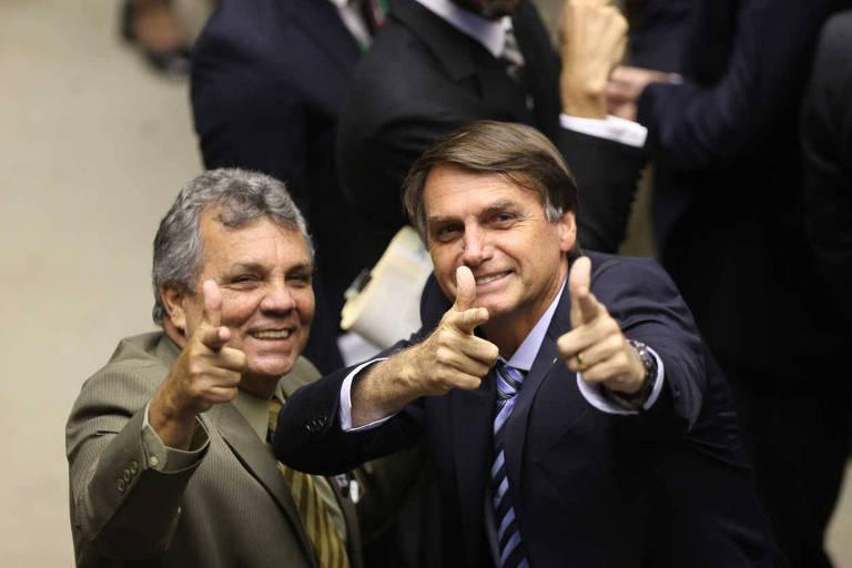 Deputados Alberto Fraga e Jair Bolsonaro fazem sinal com as mãos imitando armas de fogo, em sessão na Câmara em 2015