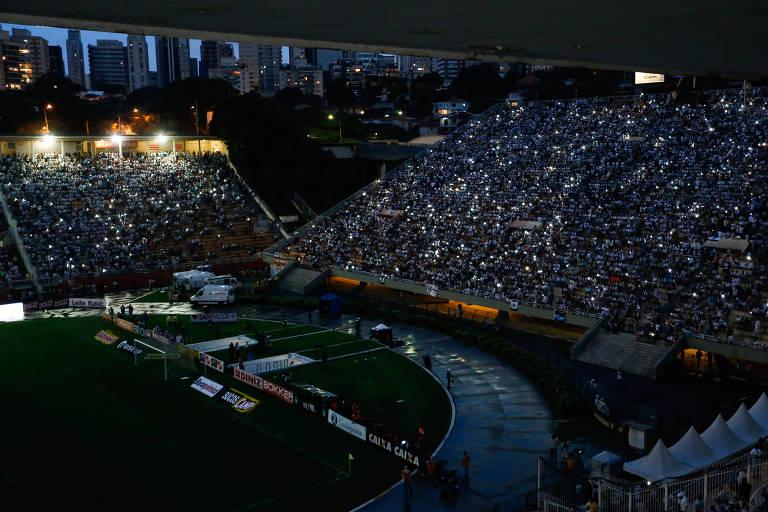 Arquibancada do Pacaembu iluminada por celulares durante queda de energia no clássico entre Santos e Corinthians pelo Campeonato Paulista 2018