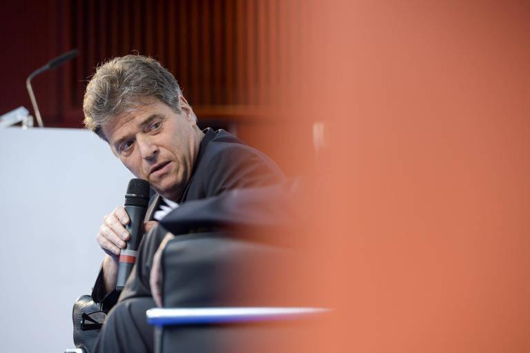 O historiador Andrew Keen, fala ao público durante debate da União Europeia