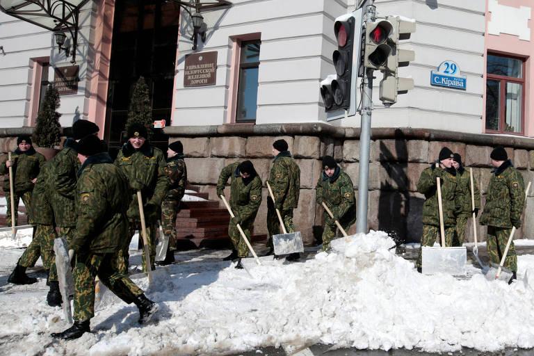 Soldados limpam neve após forte nevasca em Minsk, em Belarus