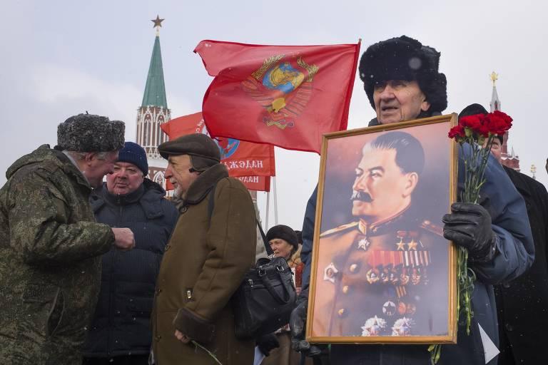 Membro do partido comunista com retrato de Stálin no 65º aniversário de sua morte, em 5 de março de 2018