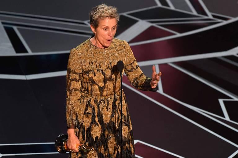 A atriz Frances McDormand empunha sua estatueta durante o Oscar