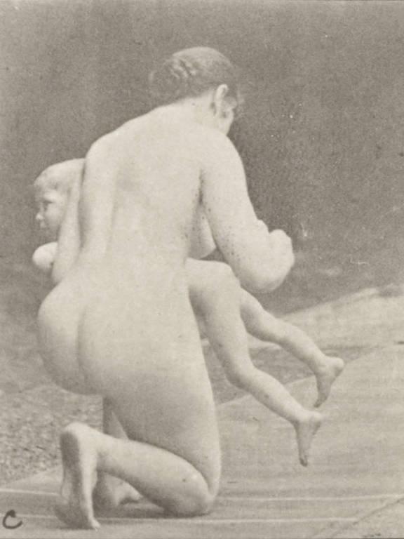 Mulher dá palmadas em criança em foto do século 19