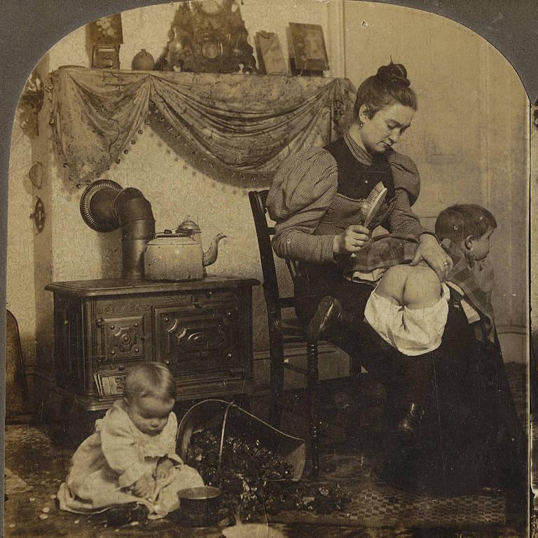 Fotografias antigas mostram crianças recebendo palmadas