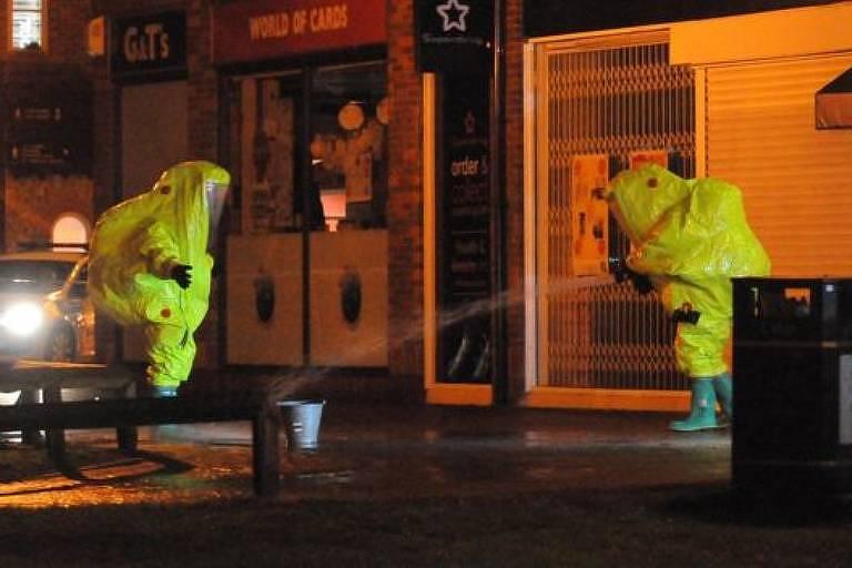 Descontaminação de pessoas que entraram em contato com Skripal em Salisbury; ainda não se sabe a que substância ele foi exposto