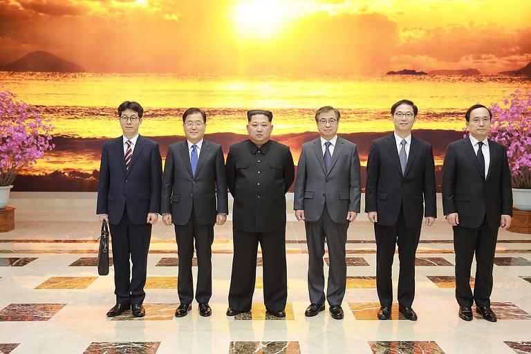 Foto divulgada pela Presidência da Coreia do Sul mostra o ditador Kim Jong-un com a delegação sul-coreana que viajou a Pyongyang