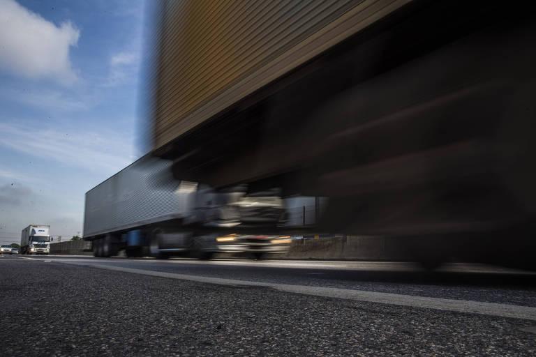 Caminhões trafegam pela rodovia Presidente Dutra, no Rio de Janeiro