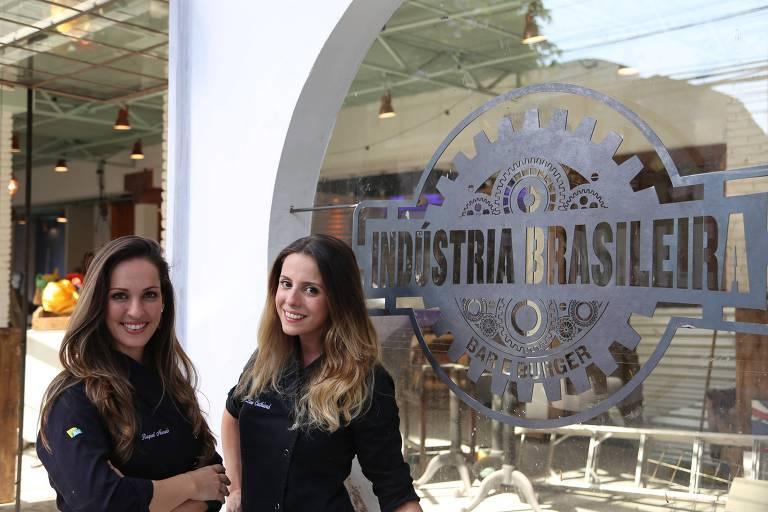 As ex-participantes do MasterChef Brasil Raquel Novais e Livia Cathiard, que viraram sócias na hamburgueria Indústria Brasileira