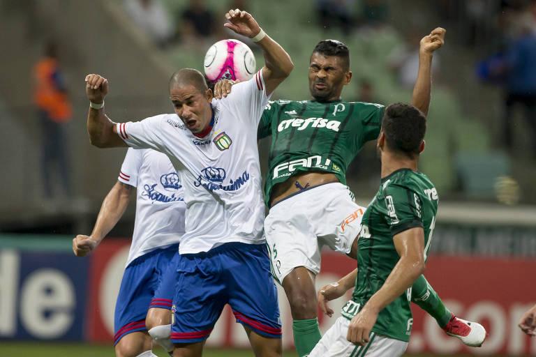 Jogadores de Palmeiras e São Caetano disputam a bola em jogo no campo do time alviverde