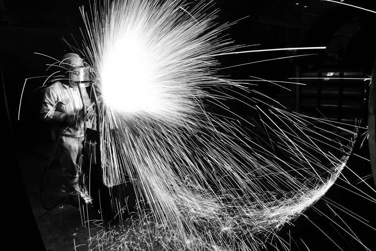 Operário atua no processo de corte de aço em Qingdao, na China