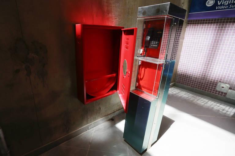 Caixa de hidrantes sem mangueira na estação Eucaliptos
