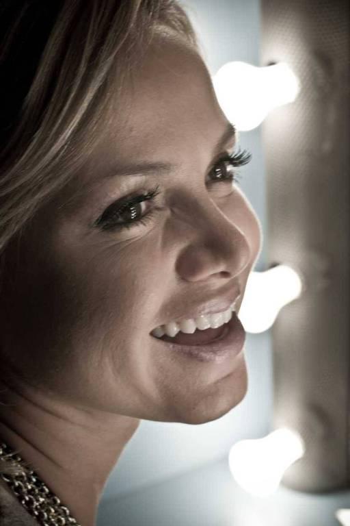 A apresentadora Eliana posa para foto em seu camarim nos estúdios do SBT, em São Paulo; clique para ver mais fotos