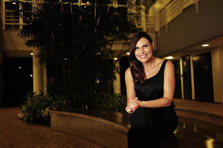 A sexóloga Laura Müller, nos jardins da Rede Globo, na zona sul de São Paulo; clique e veja mais fotos