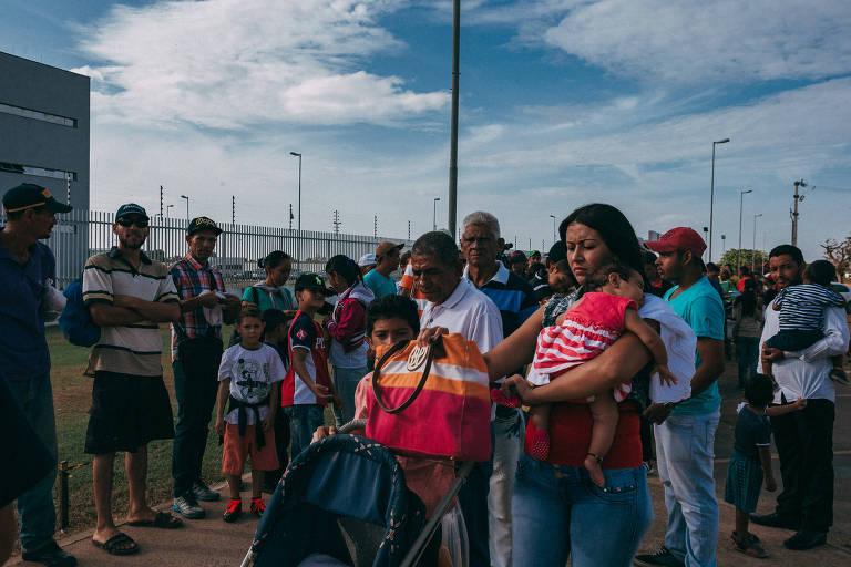 Venezuelanos se aglomeram diante da Polícia Federal em Boa Vista para solicitação de refúgio