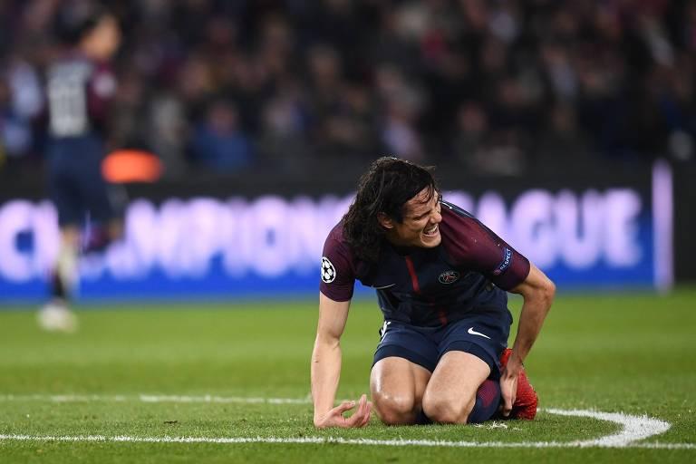 Cavani, autor do gol do PSG contra o Real Madrid, reclama de dores no tornozelo durante partida da Liga dos Campeões