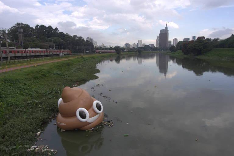 Cocô inflável gigante colocado no rio Pinheiros pelo movimento #VoltaPinheiros