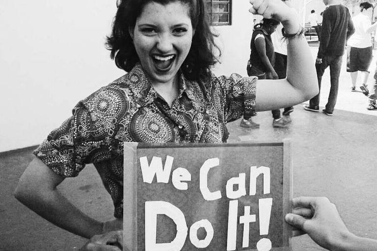 Mulher segura cartaz We Can Do It