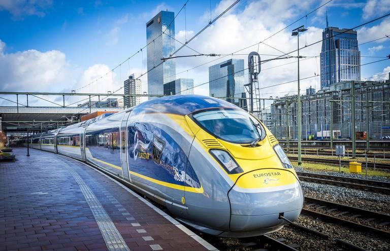 É mostrada a parte frontal do trem de alta velocidade da Eurostar. Ele está parado na plataforma de embarque de Roterdã, a céu aberto. A sua frente é arredondada, com a base do trem à frente do seu teto. Há apenas um andar, do qual se podem ver as janelas nas laterais e a fronteira. Ele é pintado de cinza com detalhes em amarelo