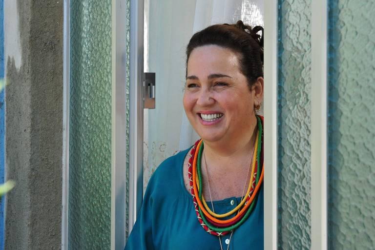 """Claudia Gimenez como Iara, personagem de """"Aquele Beijo"""" (Globo)"""