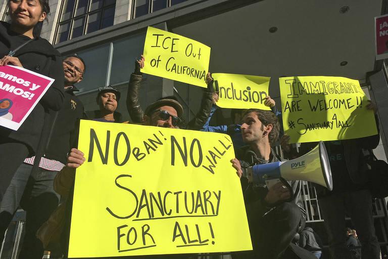 Manifestantes protestam em frente a tribunal de San Francisco, na Califórnia, a favor de medida que limita cooperação para entregar imigrantes ilegais no estado
