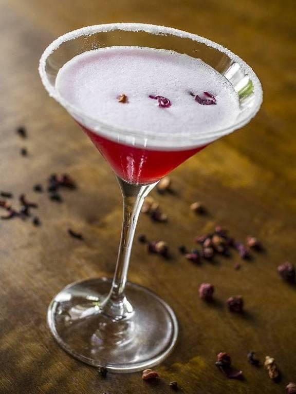 Drinque Hibisco Sour (vodca, pétalas de hibisco, suco de limão-siciliano e clara, preparado com infusão do destilado com chá) é servido no Ristorantino