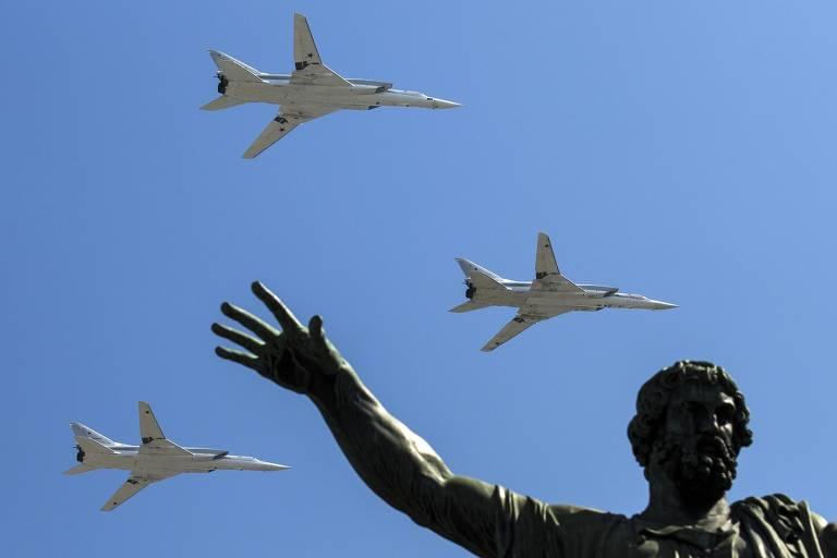 Bombardeiros russos sobrevoam a praça Vermelha, em Moscou, durante as celebrações dos 71 anos do Dia da Vitória, que marca o fim da Segunda Guerra Mundial na Europa, em 2016