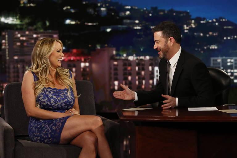 A atriz pornô Stormy Daniels ao ser entrevistada pelo comediante Jimmy Kimmel
