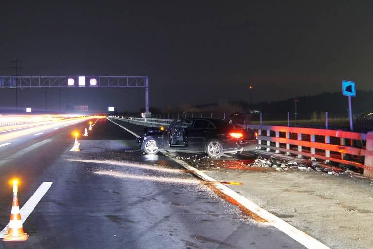 """O carro era equipado com """"pneus de verão"""", com menos fissuras, o que diminui o atrito com o asfalto e eleva o risco de derrapagens no inverno"""