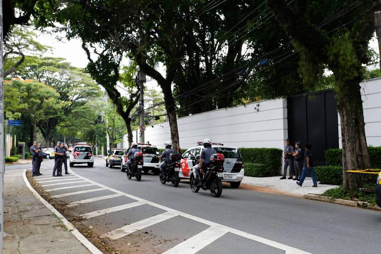 Policiais militares fazem a segurança da casa do prefeito João Doria (PSDB) em dia de manifestação