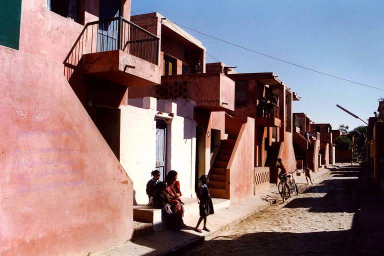 Projeto de moradia de baixo custo de Balkrishna Doshi em Indore, na Índia, que acomoda 80 mil pessoas por meio de um sistema de casas, pátios e caminhos internos