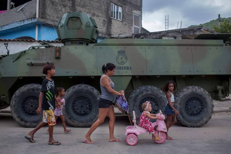 Veículo das Forças Armadas de volta à favela da Vila Kennedy, na zona oeste do Rio, em operação na manhã desta quarta