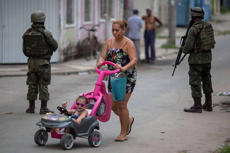 Membros das Forças Armadas fazem operação na Vila Kennedy, no Rio de Janeiro, parte da intervenção federal na segurança da cidade