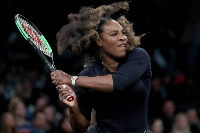 A tenista Serena Williams, de roupa preta e cabelo solto, rebate uma bola durante um torneio de exibição no Madison Square Garden, em Nova York, no dia 5 de março