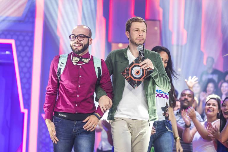 Mahmoud e Tiago Leifert no palco da eliminação
