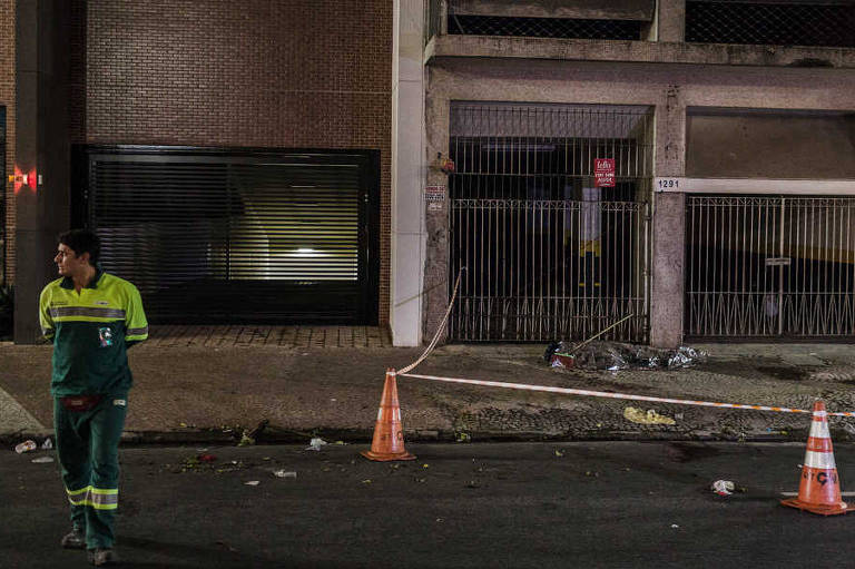 Fitas e cones isolam local em que gari foi atropelado na avenida São João, na região central de São Paulo