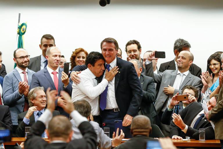 O senador Magno Malta (PR-ES) abraço o pré-candidato à Presidência da República Jair Bolsonaro (RJ), à dir., durante ato de filiação do deputado ao PSL