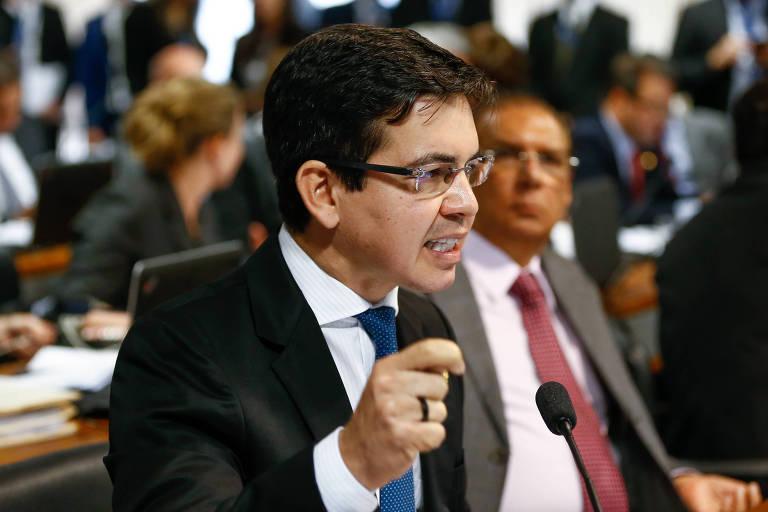 Senador Randolfe Rodrigues, da Rede do Amapá, gesticula enquanto discursa em comissão no Senado