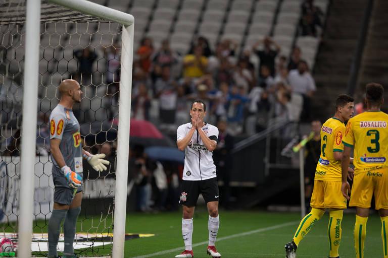 Com maõs no rosto, Rodriguinho lamenta chance perdida durante partida entre Corinthians e Mirassol