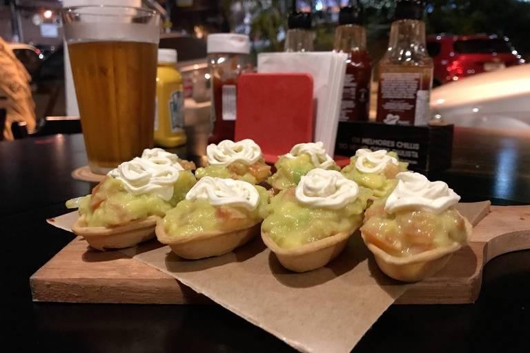 Petiscos servidos no Grelha BBC, hamburgueria que serve cervejas artesanais, na Freguesia do Ó