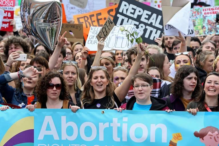 Manifestantes participam de protesto pela legalização do aborto na Irlanda em setembro de 2017; em janeiro, governo convocou referendo para maio