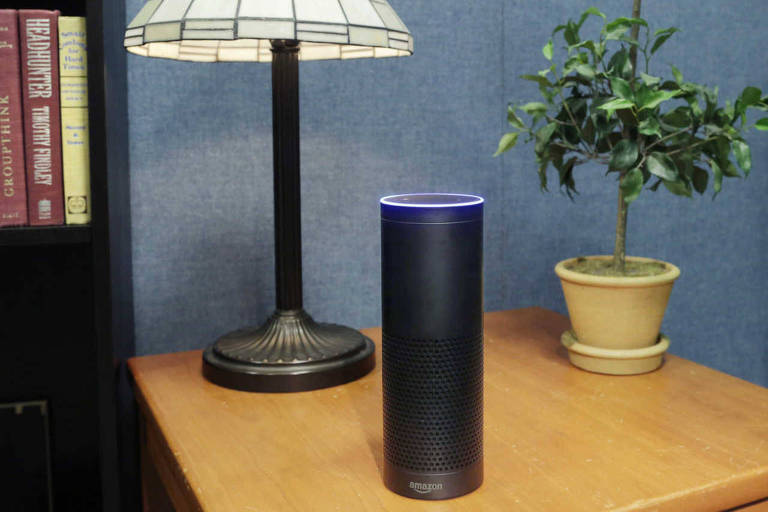 Alto-falante Echo, da Amazon, que tem a assistente virtual Alexa
