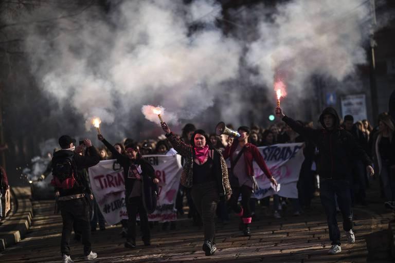 Mulheres durante marcha em celebração ao Dia Internacional da Mulher em Milão